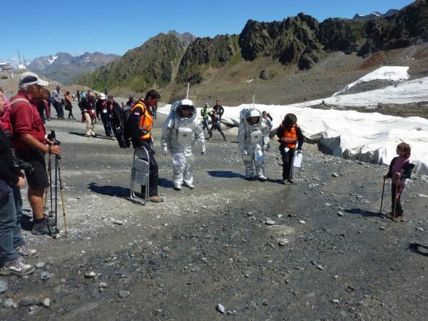 Ziehen viele Blicke auf sich: Analog-Astronauten in ihren Aouda-Anzügen