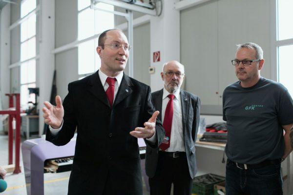 ÖWF Obmann Dr. Gernot Grömer, Leiter Transportation Gerhard Grömer und GFK Geschäftsführer Günter Bachinger bei der Übergabe des Visors (c) Florian Voggeneder