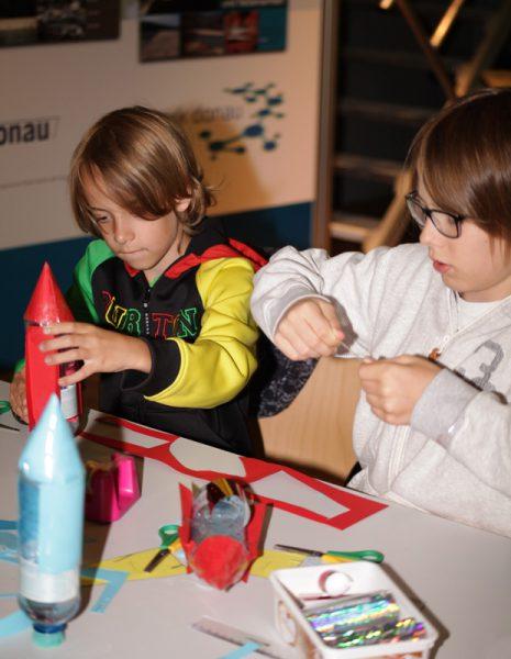 Kinder beim Raketenbasteln (c) ÖWF (Gerhard Grömer)