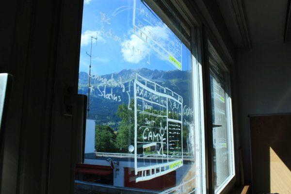 Brainstorming in der Coding-Week: Entwürfe werden zusammen auf die Fenster skizziert (c) ÖWF