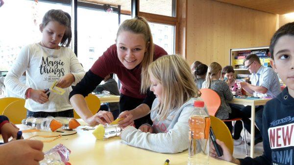 """Beim Wasserraketen basteln im Schülerhort """"Kinder am Tivoli"""" (c) ÖWF"""