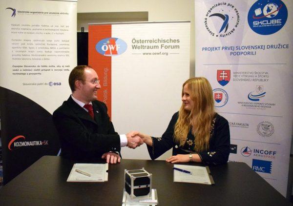 Dr. Gernot Grömer (ÖWF, links) und Dr. Michaela Musilová(SOSA, rechts) bei der Unterzeichnung der Kooperationsvereinbarung