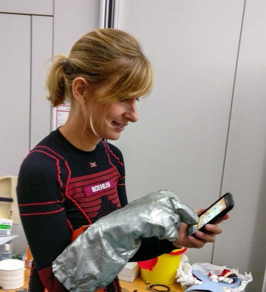 Analog-Astronautin Carmen Köhler testet das neue Handschuhsystem