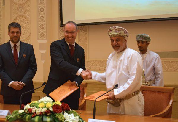 Offizielle Unterzeichnung der Kooperationsvereinbarung (v.l.): Mag. Alexander Soucek, ÖWF Obmann Stv. , Dr. Gernot Grömer, ÖWF Obman, Seine Exzellenz Prof. Dr. Khattab Al Hinai, Vize-Präsident des Oman State Council und Vorsitzender des AMADEE-18 Oman National Steering Comittee und Osama Al Busaidi, Project Manager, AMADEE-18 Oman National Steering Comittee