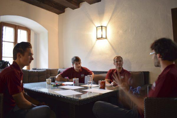 Projektteam beim Brainstorming: v.l.n.r. Martin Zwifl, Maximilian Winter, Hubert Untersteiner und Alexander Ivanov