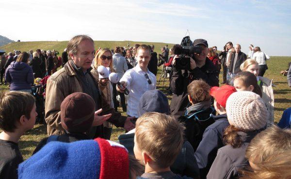 Helmut Windhager im Gespräche mit Jugendlichen