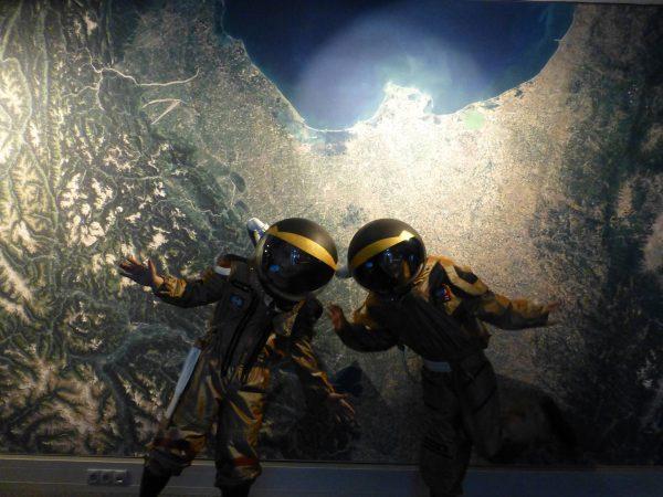 2 Nachwuchs-AstronautInnen beim Weltraumspaziergang im Audioversum (c) Audioversum