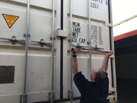 Gernot Groemer beim Öffnen eines Hardware-Containers von AMADEE-18 aus dem Oman.