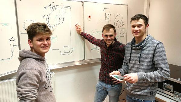"""ÖWF Structure Teamleiter Benjamin Knaus (Mitte) mit Schülern  der HTL Anichstraße bei einer  """"Serenity""""-Projektbesprechung,"""
