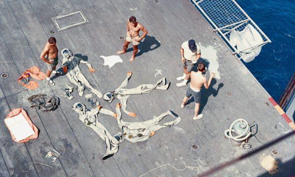 BioSuits beim Trocknen an Deck der Hornet