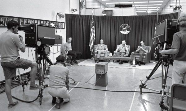 """Die letzte Pressekonferenz am Kennedy Space Center fand am 14. Juli 1969 in einem abgeschirmten Raum statt, um die Crew vor Krankheitsüberträger zu schützen. Ganz links sitzt Deke Slayton, Direktor der """"Flight Crew Operations"""". Foto: NASA"""