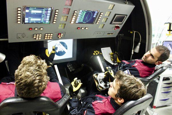 Thomas Wijnen, Robert Wild und Liad Yosef im Sojus-Simulator der Universität Stuttgart.