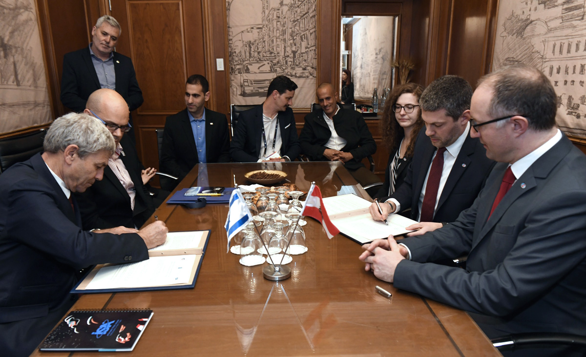 Representatives of the Israel Space Agency (left) and the OeWF (right) during the signing of the  Memorandum of Understanding