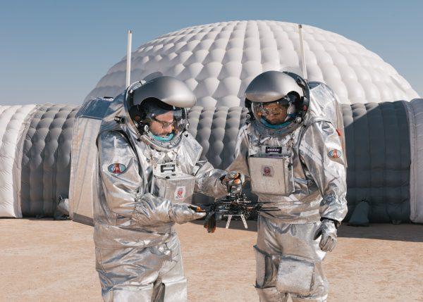 2 Analog-Astronauten halten die AVI-NAV Drohne während AMADEE-18 (c) ÖWF (vog.photo)