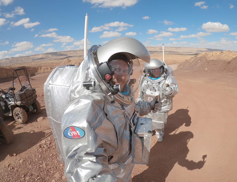 Selfie vom Mars mit Analog-Astronaut João Lousada und Analog-Astronautin Anika Mehlis.