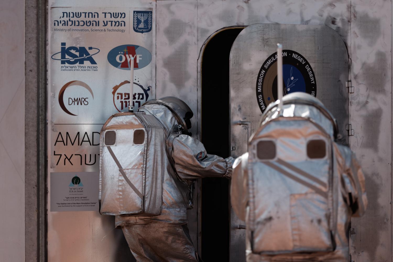 Analog-Astronaut*innen betreten das Habitat durch die Luftschleuse - nach einem Außenboardeinsatz.
